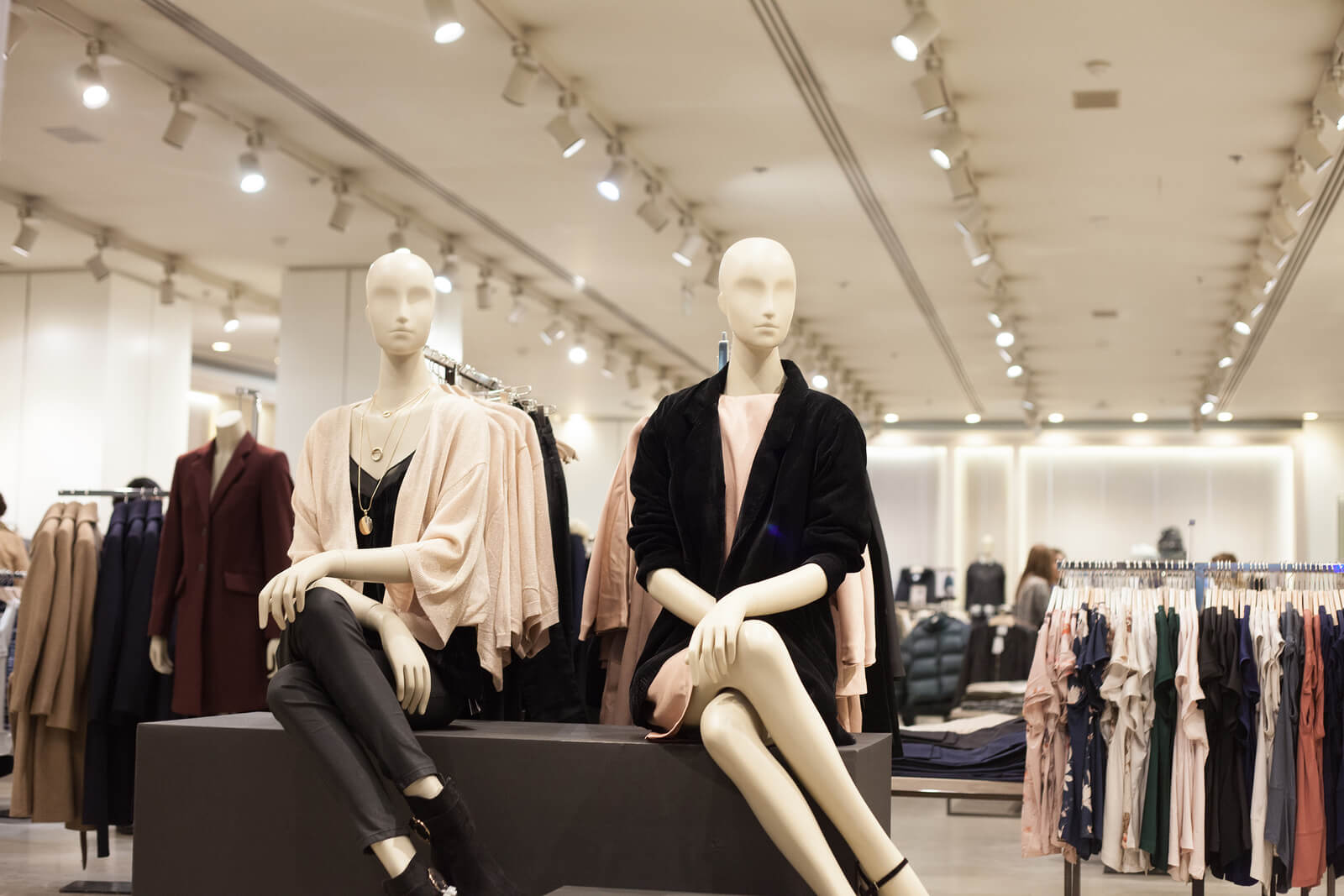 retail interior design mannequin display