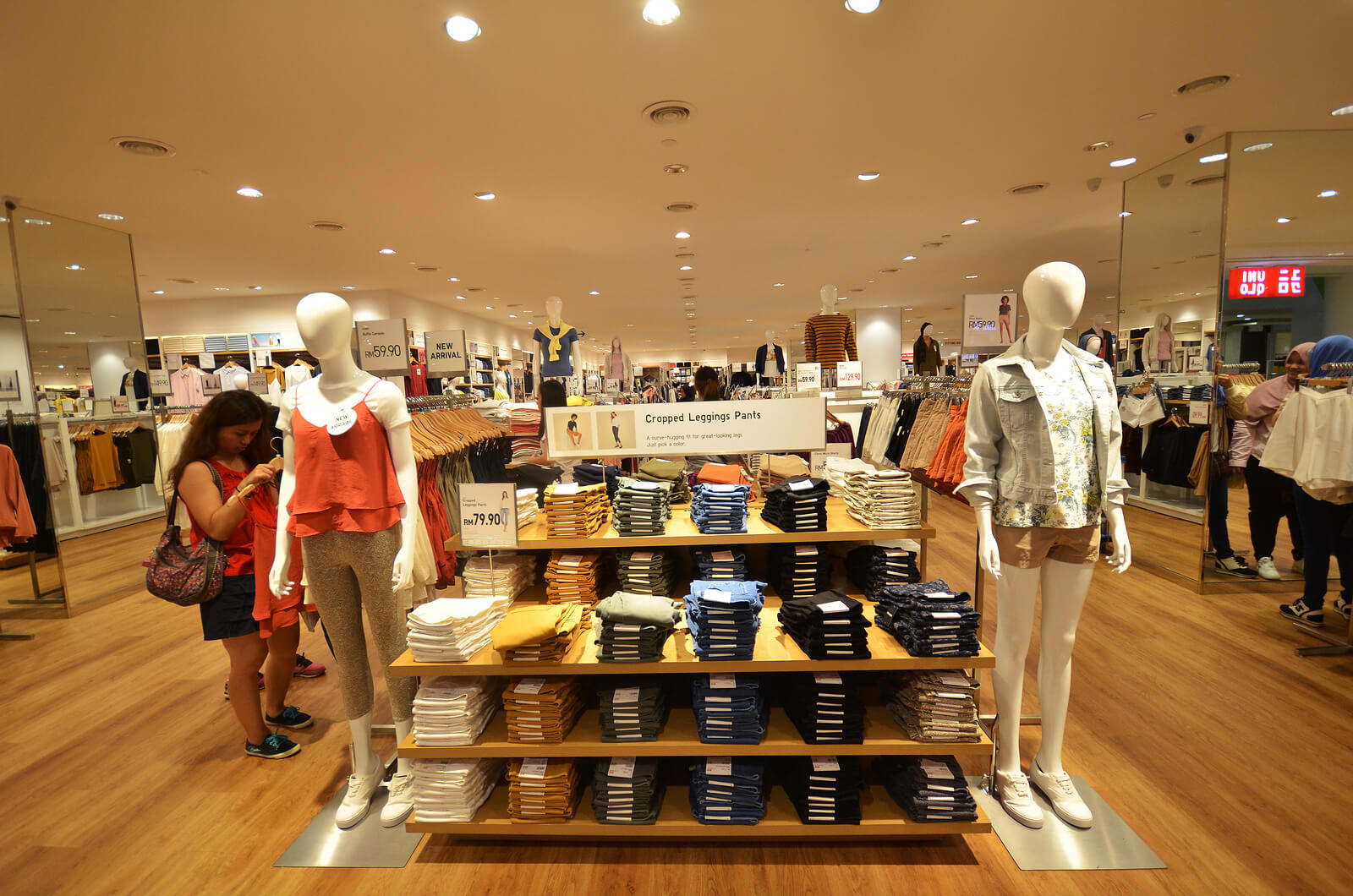 uniqlo retail interior design